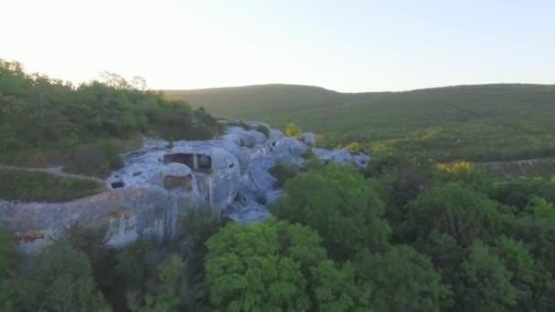 Nádherná příroda. Střela. Letící vrtulník nad hory pokryté lesy během slunečného dne