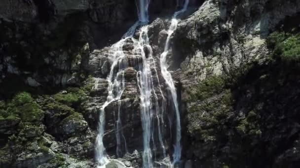 Detail zuří horské vodopády. Letecký pohled na obří vodopád teče v horách