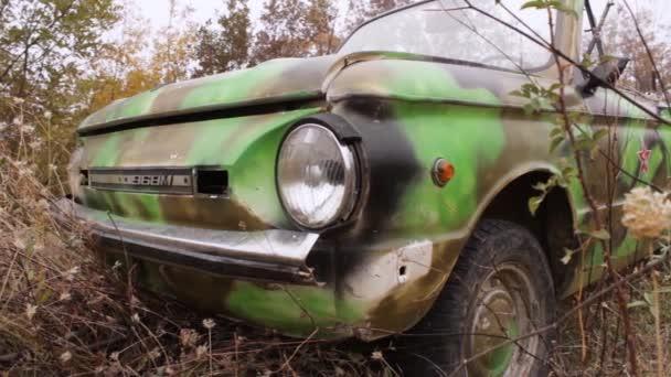 Zár-megjelöl-ból veterán fényszóró. Lövés. Zár - megjelöl-ból a régi szovjet autó fényszóró. Régi tönkrement autó. A koncepció dystopia