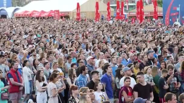 Jekatěrinburg, Rusko - červen, 2018: Lidé v zóně ventilátor na světový pohár v Rusku. Fanoušci fandit pro jejich tým světa 2018 ve fotbale v Rusku
