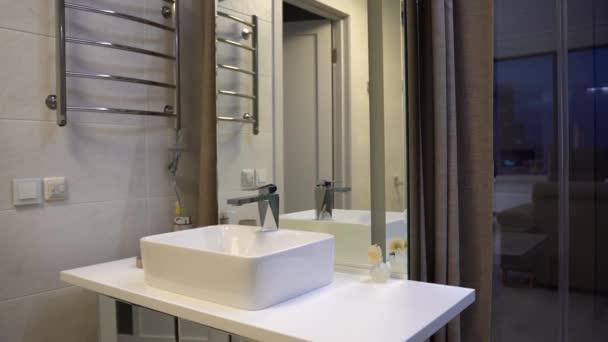 Interior de cuarto de baño moderno con ducha. Interior de cuarto de baño  moderno