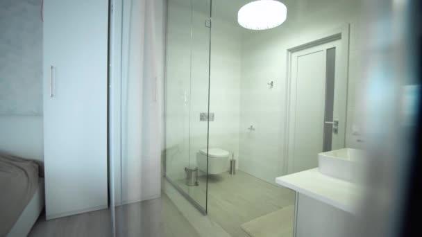 interiér moderní koupelnu se sprchou. Interiér moderní koupelny