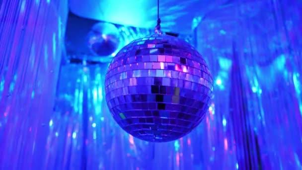 Disco háttér fényes Retro Disco labdát. Nagy háttér diszkóba vagy kis Karaoke-esemény. Világoskék témát. Kék disco labdát