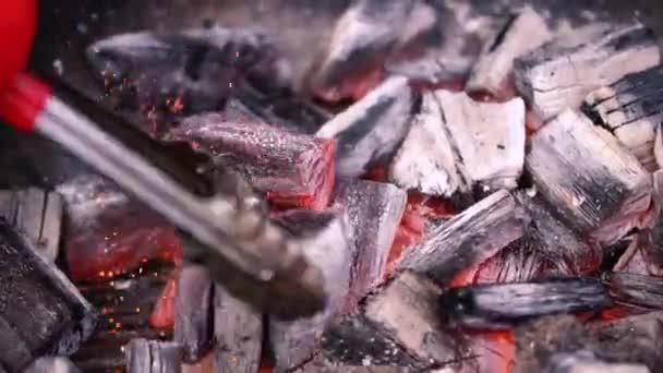 Červené horké spalování uhlí připravuje pro grilování, barbecue gril. Příprava uhlí na gril vaření