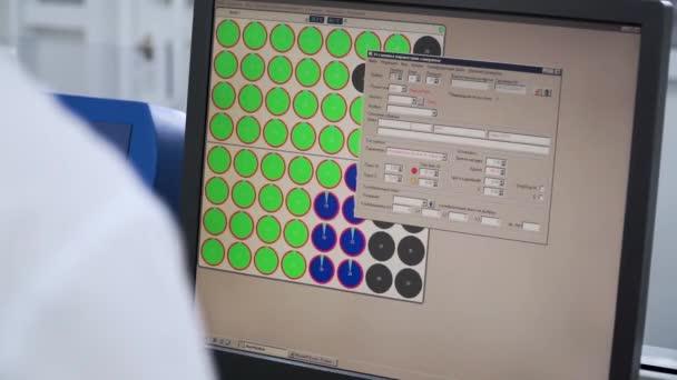 Ingenieur oder Techniker arbeitet auf einem Personal Computer. Clip. Entwicklung von Programmiersprachen und Codierung. Website-Design. Arbeiten in einer Software Programmierer entwickeln Firmensitz. Hes neu entwerfen