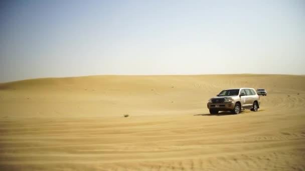 SUV di viaggio per i turisti nel deserto. Stock. Gruppo di persone di guida fuori strada auto nel deserto del Vietnam durante un safari. Troupe di amici divertendosi su dune di sabbia. Concetto di autentica avventura
