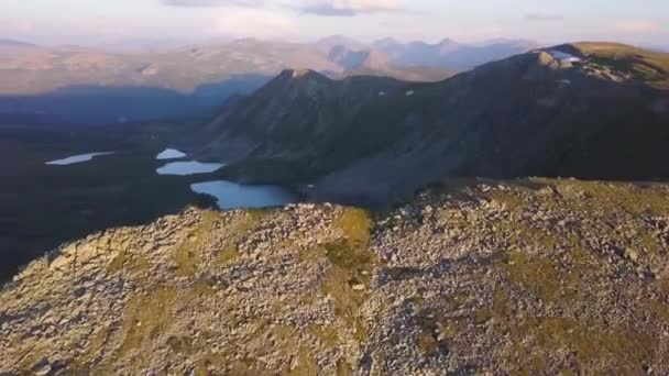 Letecký pohled na horské jezero. Klip. Nádherné panorama horské krajiny s úžasný rybník. Létání Kvadrokoptéra nad horské jezero.
