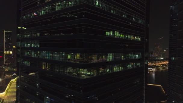 Administrativní a obchodní budovy exteriér. Střela. Noční pohled na mrakodrapy. Pohled shora kancelářské budovy v noci