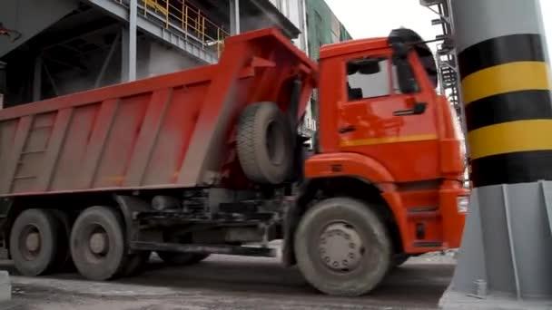 Nákladní doprava - dvě červené auto do skladu. Skladování a přeprava terminálu. Průmyslová vertikální pozadí. Terminál pro truck načítání, logistika. Nákladní dopravu - Truck v