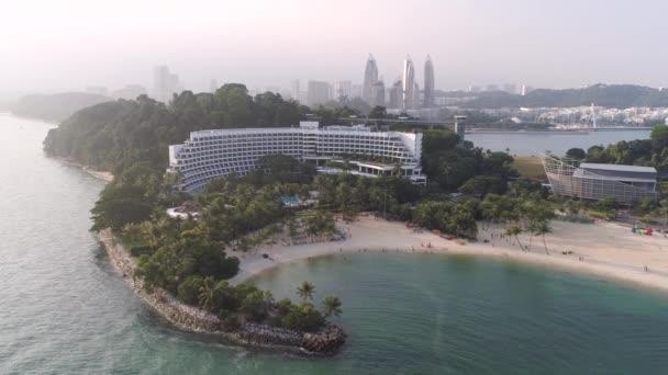 Singapur - červen, 2018: Pohled shora domů na palm beach. Střela. Pohled shora na moře s palmami a luxusní hotel. Letecký pohled shora na šířku