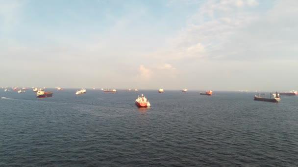 Letecký pohled s velkou námořní křižovatkou pro nákladní lodě, trajekty a výletní lodě na otevřeném moři. Střela. Velké nákladní lodě plující na otevřeném oceánu
