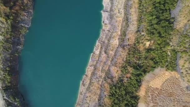 Úžasný výhled na stromy a jezera během podzimní sezóny. Střela. Pohled shora na Azure břehu jezera s lesní krajinou. Letecký pohled na úžasný západ slunce nad přírodní park