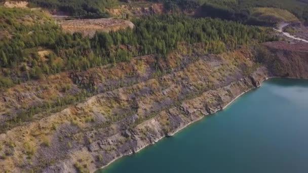 Aerail pohled na řeku lake shore rostliny. Letecký pohled z lesa podél okraje modré jezero. Zelený Les řeky břehu krajina
