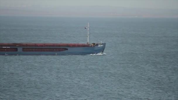 Nákladní loď plující v oceánu, lodní obchodní koncepce. Střela. Nákladní loď pluje na moři k přepravě nákladu v kontejnerech. Logistika a doprava mezinárodní, nákladní doprava