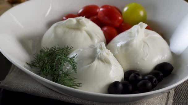 Sýrový nářez. Suluguni sýrů, olivami a cherry rajčaty. Scénu. Mix z čerstvé papriky, rajčata, okurky, salátu, olivami a ovčím sýrem v dresinkem z citronu oleje, citrónové šťávy a