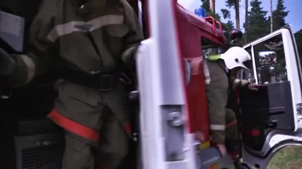 Moskva, Rusko - září, 2018: Hasiči s hadicemi. Scénu. Detail Hasiči v uniformě a přilby se hadice. Koncepce práce hasičů