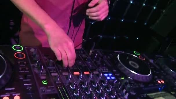 Közelkép a kezét a Dj keverő és lemezjátszó. Jelenet. DJ felszerelés éjszakai klubban. Club zene fogalma