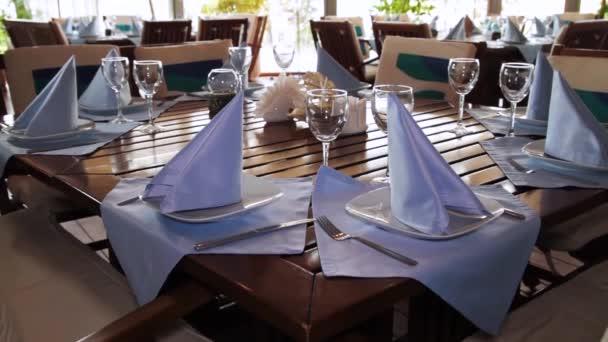 einen dekorierten Esstisch. Szene. schöne Tischdekoration im Restaurant im Sommer. Restauranteinrichtung