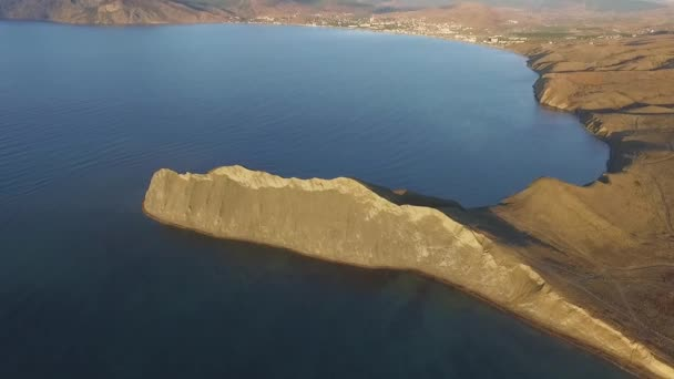 felsigen Gebirgsküste Bucht Luftaufnahme. Schuss. schöne Landschaft. blaues klares Meerwasser neben der Klippe Korfu Griechenland. Luftaufnahme eines wunderschönen Sonnenuntergangs in Griechenland