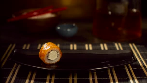 Jedna červená ryba najet na desce. Rolka s lososem. Sushi s létající ryby. Japonské jídlo na krásné misky. Dietní jídlo