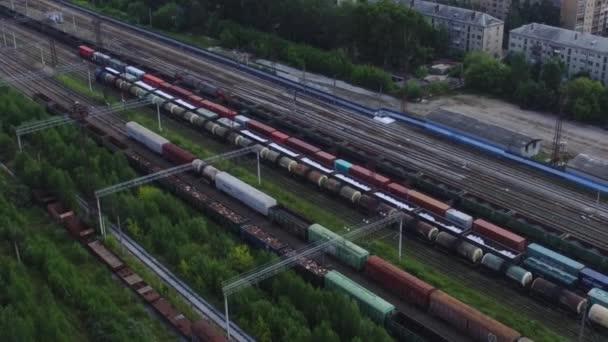 Pohled shora nákladních vlaků na železnici skladby na pozadí domů. Záběry. Import a export z tranzitní nákladní vlak