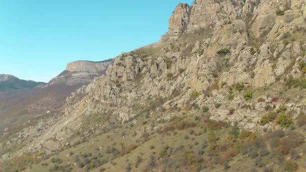 Nézd a fent a völgy hegyek nyáron. Lövés. A hegyek, sziklák és kék ég gyönyörű légifelvételek