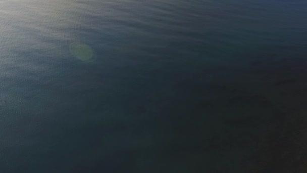 Sötét kék tenger felszínén, légifelvételek. Lövés. Nyugodt tenger felszínén, felülnézet.