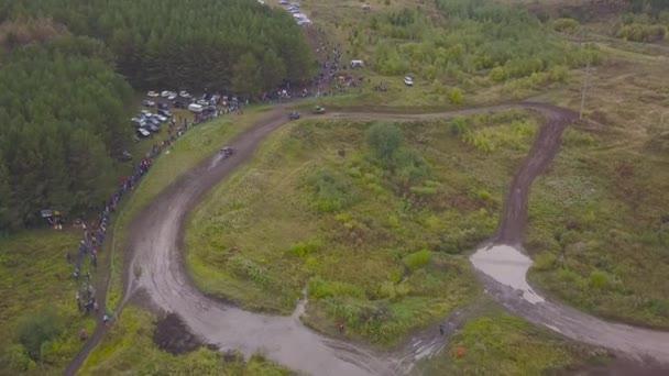 Pohled shora SUV na venkovské silnici. Klip. Off-road závody na blátě silnice v venkovských lesnaté oblasti