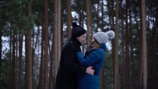 A fiatal pár, átölelve és megcsókolta a park télen. Pár boldog együtt. Gyengéd csókot és erős ölelés a fiatal pár