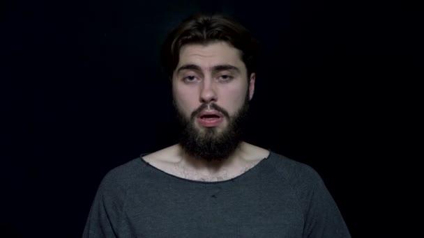 Muž s plnovousem kýchne. Vousatý muž se chce kýchnout se zavřenýma očima. Alergické kýchání nebo kýchání jako znamení studené
