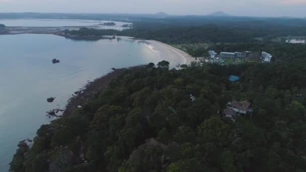 Luftaufnahme des Luxus-Hotel, umgeben von Bäumen und neben dem Meer und blau türkis Wasser. Schuss. Luxuriöse Villa und geräumigen Pavillon direkt am Meer.