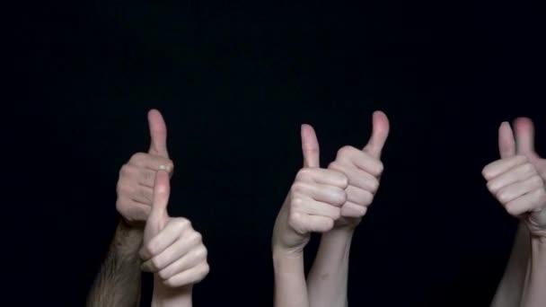 Come gesto di mano. Mani umane che mostrano segno giusto. Varie mani mostrando i pollici. Nero isolato su fondo