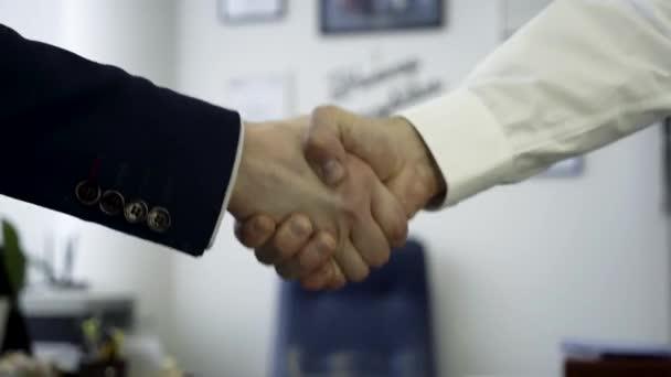 Podnikatelé potřesení rukou na znamení dohody. Zavřete to za pevný stisk ruky dvou obchodních partnerů v kanceláři, úspěch konceptu.