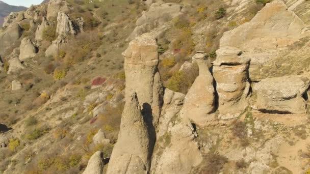 Krásné podzimní krajina s neobvyklým skal a kopců v slunečný den. Střela. Hory s vrcholky bizarních formuláře na uschlé, žlutého kopce pozadí