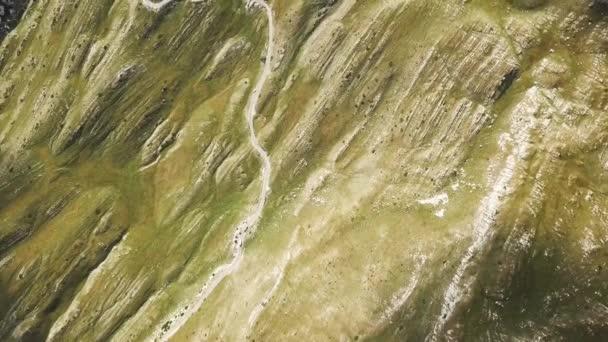 Pohled shora na klikaté silnici v horách. V UK. Nebezpečnou cestu přes hory. Dechberoucí pohled ostrých horského svahu se zelení
