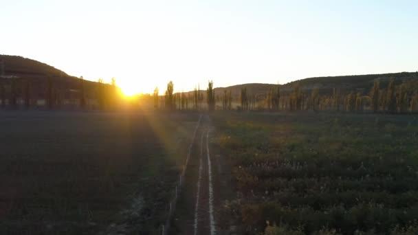 Letecký pohled na epické údolí s pole a středisku Deštné pozadím. Střela. Slunečné ráno v horách. Krásné kompozice. Ráno v horách s Sun rising Venkovská krajina