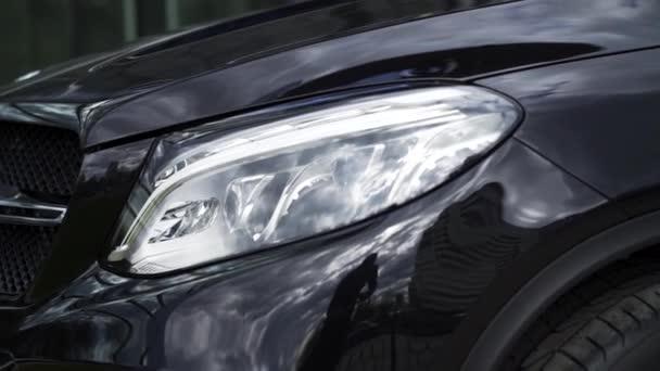 Zavřete detail pro jednu Led světlomety moderní černé auto. V UK. Vnější detaily, reflektor prestižní vozidla, luxusní koncept.