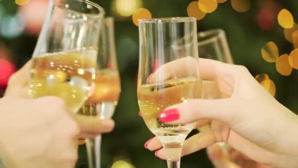 Feier oder Party. Menschen halten Gläser Champagner einen Toast machen. Klirrende Gläser Champagner in den Händen auf die Lichter der Hintergrund