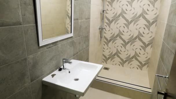 Interiér moderní, krásné, malé koupelny v béžových tónech. Obrázek z sprchový kout v moderní WC, malé byty návrh koncepce.