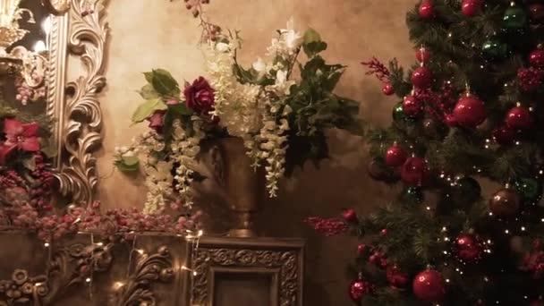 Vánoční pokoj Design interiéru. Klip. Strom zdobí světla představuje dárky hračky, svíčky a věnec, osvětlení v místnostech. Vánoční strom zdobí hračky v místnosti