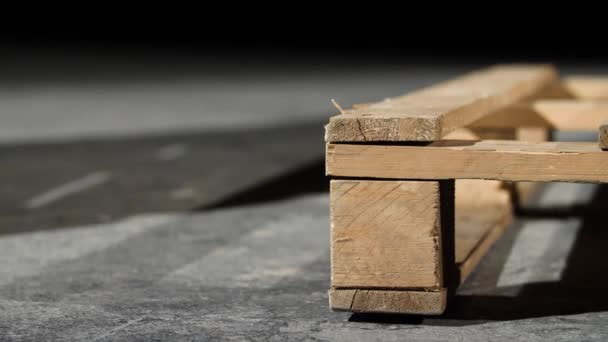 Közelkép, fa raklap. Szög a szürke beton padló fából készült raklapok. Bútor segítségével raklapok gyártása