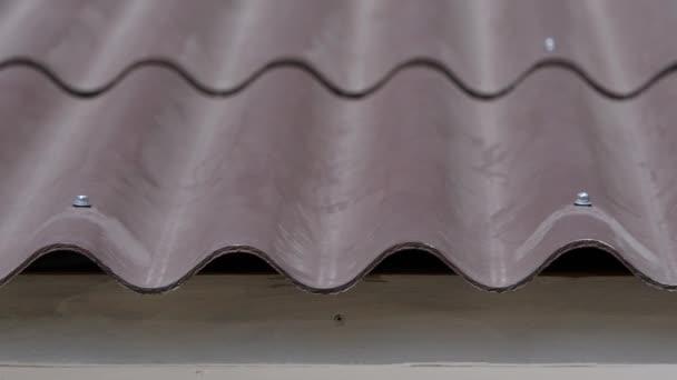 Detail střešní tašky doma. Zakřivené vlnité Střešní taška domu tvoří praktický a obezřetné. Praktické střešní konstrukce