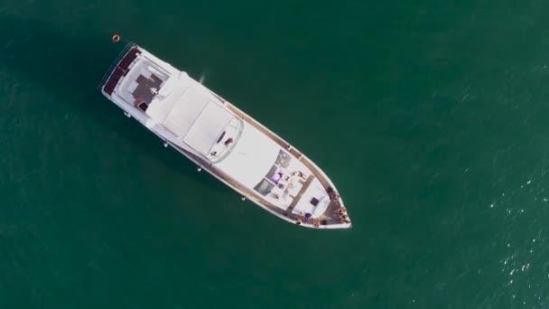 Csodálatos kilátással a tenger vitorlázás jacht. Stock. A jacht naplementére. Luxus vakáció egy jacht, meg a tenger