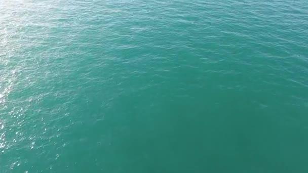ruhiges Meer und blaues klares Wasser Hintergrund. Aktien. Blick auf das ruhige Meerwasser