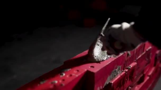 Rukou tvůrce dal cementové malty. V UK. Ruka je zdivo cihlové close-up