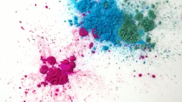 Pohled shora suché barevné inkousty v bílé kapalné látky. Krásné duhové pozadí zelené, modré a růžové prášku v bílé tekutiny.