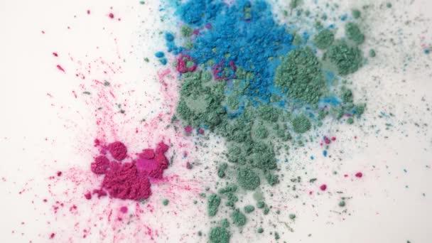 Detail z fialové, modré a zelené potravinářské barvivo na povrchu bílé mléko vytváří barevné pozadí. Krásný chemický experiment.