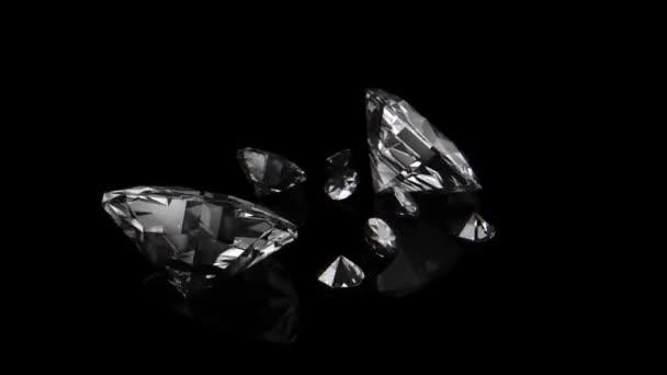 Abstraktní animace pádu a střídání velkých a malých diamantů v pomalém pohybu na černém pozadí. 3D animace.