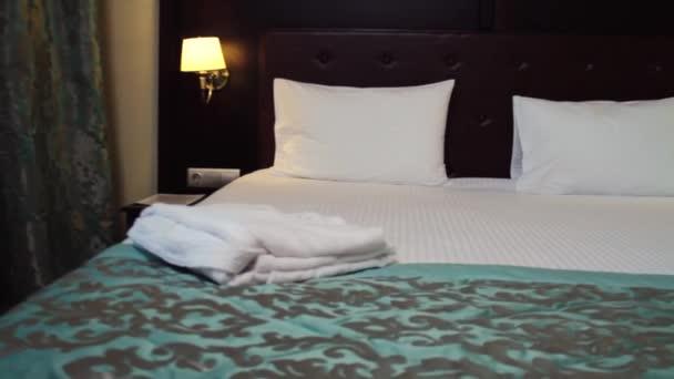 Hotelový pokoj. Scénu. Krásný hotelový pokoj s manželskou postelí