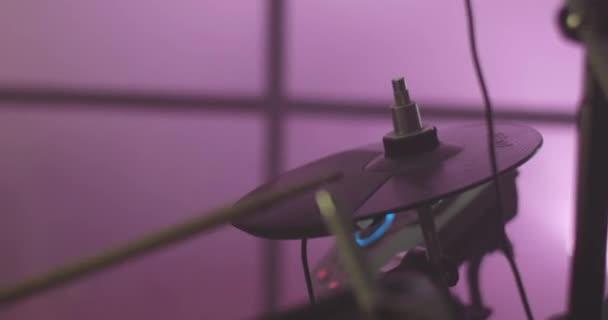 Közeli kép: egy Dobos során egy koncert előadás. Stock. Ütős eszköz. Névtelen Dobos dobolás a színpadon - Close Up